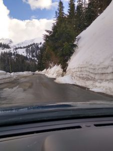 Small natural avalanches on the road